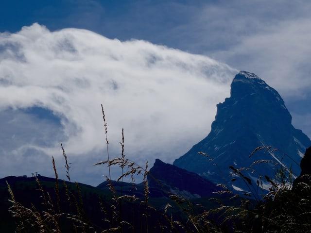 Blick aufs Matterhorn mit einer fahnenförmigen Wolke auf der linken Seite.