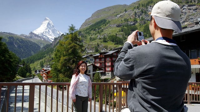 Japanische Touristen vor dem Matterhorn.