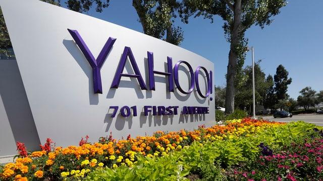 Il logo da Yahoo davantvi flurs.