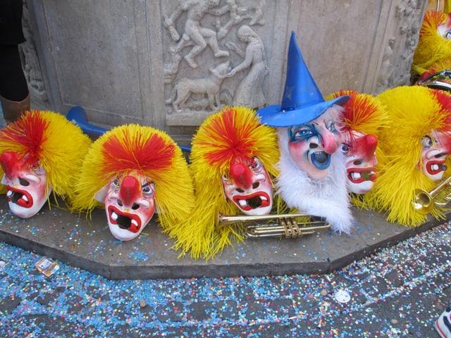 Waggislarven am Boden, dazwischen eine Zaubererlarve, mit weissem Bart und blauem Hut.