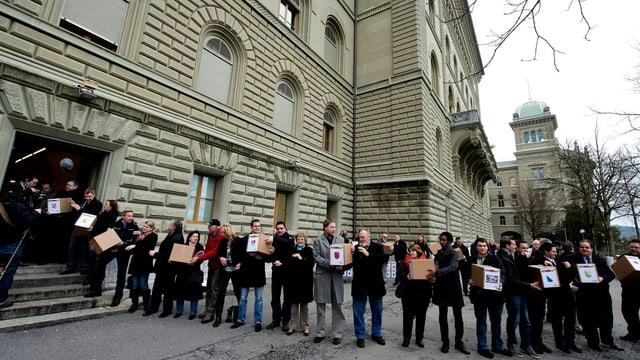 SVP-Aktivisten reichen die Durchsetzungsinitiative im Dezember 2012 bei der Bundeskanzlei in Bern ein.