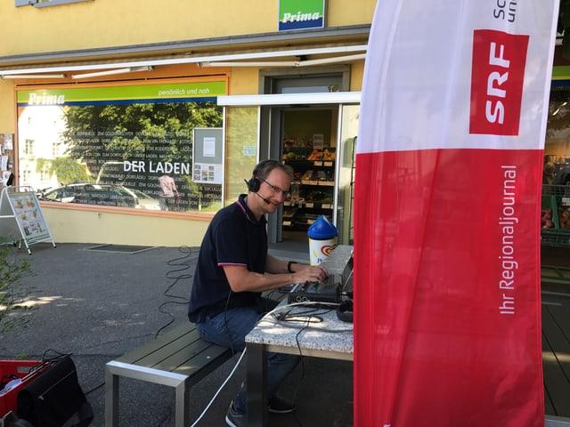 SRF Redaktor Benedikt Erni bereitet sich auf die Sendung vor