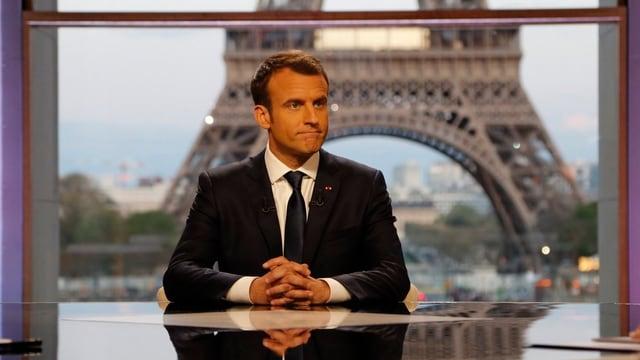 Emanuel Macron vor dem Eiffelturm bei TV-Interview.