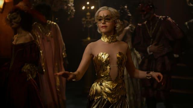 Sabrina im Goldkostüm