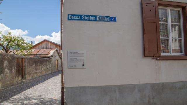l'inscripziun sin la tabla renda onur a Steffan Gabriel il refurmatur da Glion.