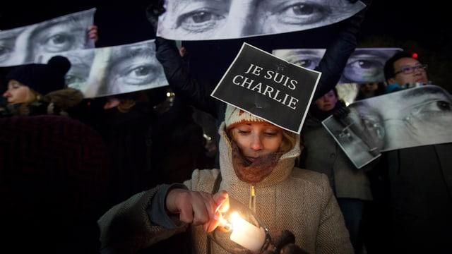 Eine Teilnehmerin von «Je suis Charlie NYC» zündet eine Kerze an