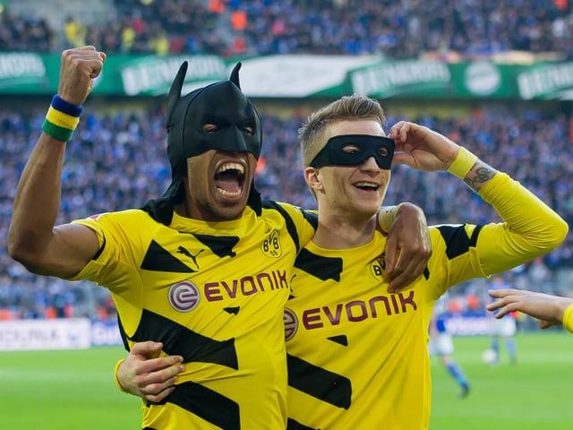 Pierre-Emerick Aubameyang und Marco Reus feiern 2015 einen Treffer als Batman und Robin.