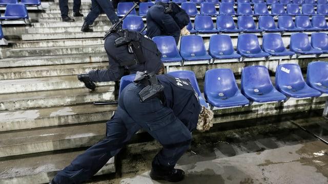 Policists tudestgs intercureschan il stadion a Hannover avant il gieu tranter la Germania e l'Ollanda.