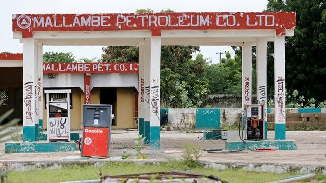 Eine heruntergekommene, verlassene Tankstelle in Nigeria.