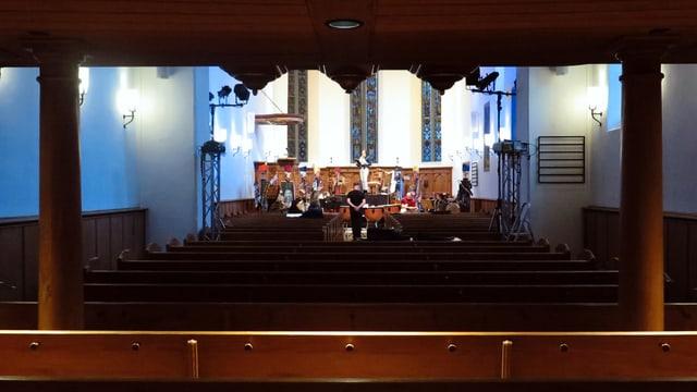 Die Gruppe probt ihren Auftritt in der Kirche.