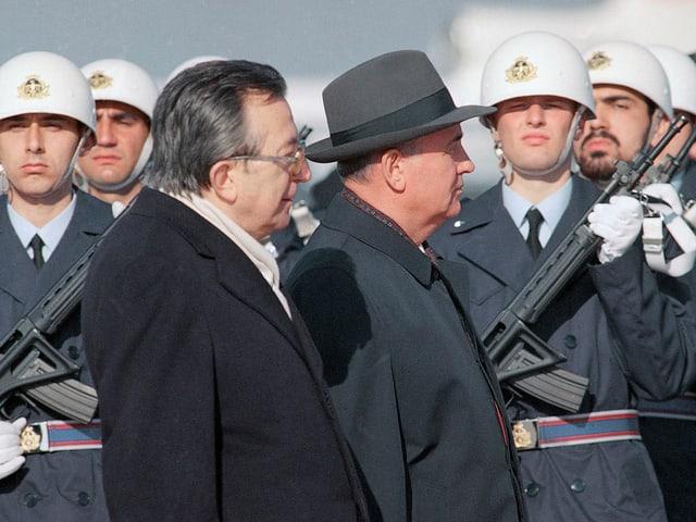 Andreotti und Gorbatschow schreiten in Rom die Ehrengarde ab