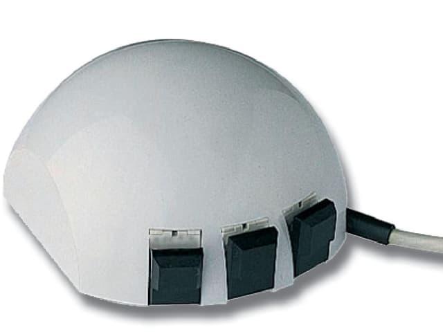 Eine runde Computermaus mit drei Knöpfen vorne.