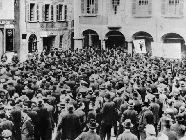 Schwarz-weiss-Foto von vielen Männern mit Hüten