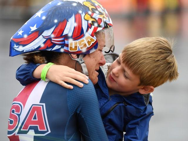 Mit 43 Jahren holt Kristin Armstrong das 3. Olympia-Gold im Zeitfahren in Folge.