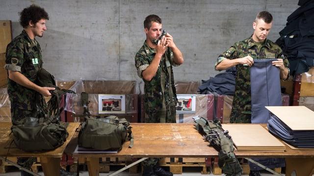 Soldaten sortieren ihr Gepäck