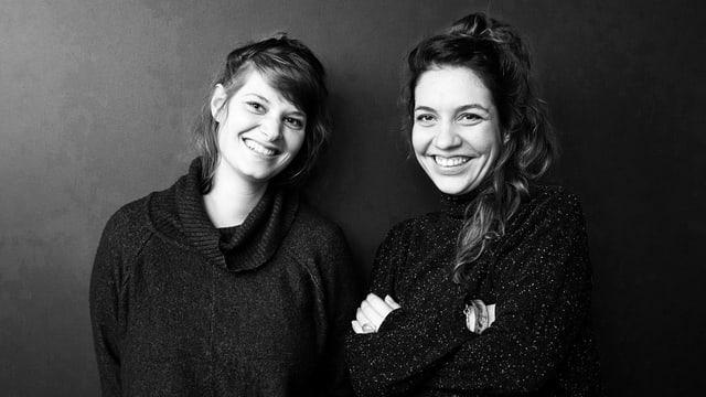Schwazweiss-Poträte zweier junger Frauen, die schwarz gekleidet sind.