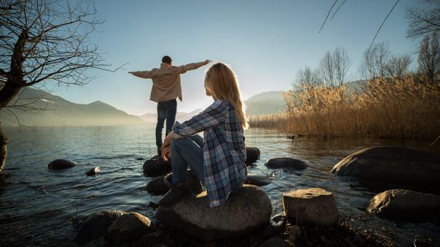 Ein Mann und eine Frau am Fluss.