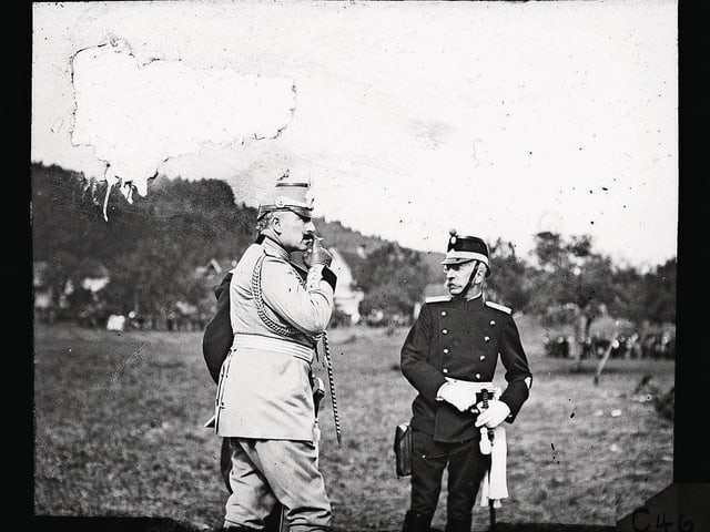 Kaiser Wilhelm II. und Bundesrat Arthur Hoffmann im Gespräch an den Kaisermanövern.