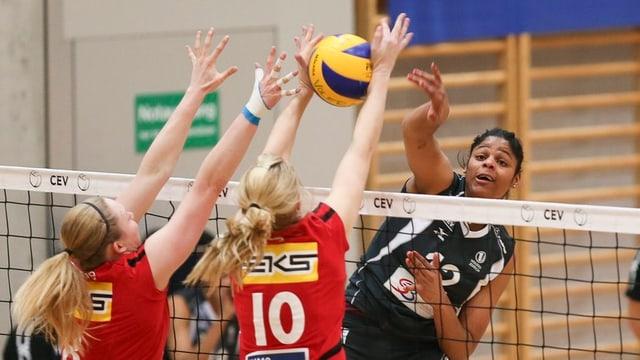 Volleyballerinnen kämpfen am Netz um den Ball