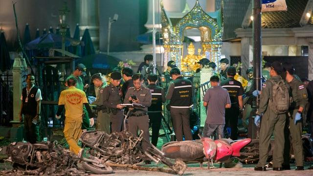 Sicherheitskräfte untersuchen den Tatort beim Erawan-Schrein in Bangkoks Innenstadt.