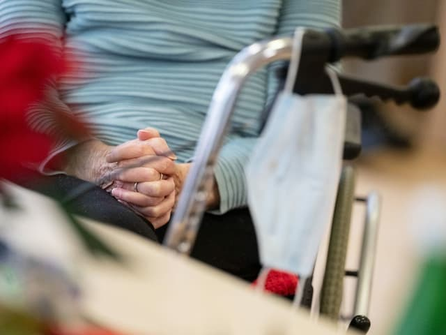 Sitzende Frau mit gefalteten Händen