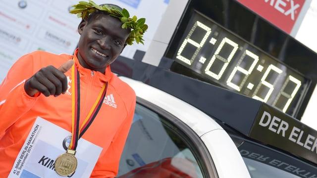 Der aktuelle Marathon-Weltrekord stammt aus dem Jahr 2014 und wurde vom Kenianer Dennis Kimetto am Berlin-Marathon aufgestellt.