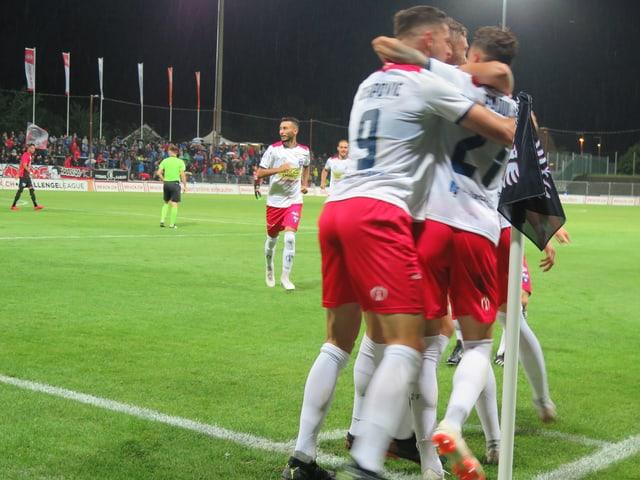 Drei Spieler umarmen sich nach einem Tor