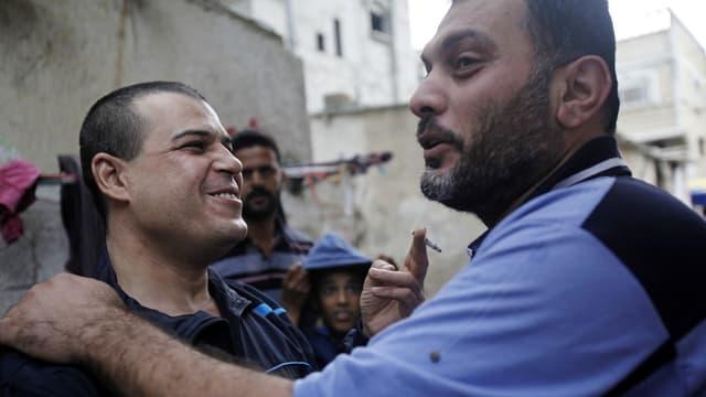 Zwei entlassene Palästinenser freuen sich.