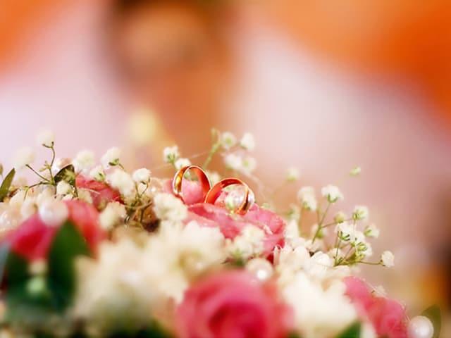 Hochzeitsringe in einem Brautstrauss.