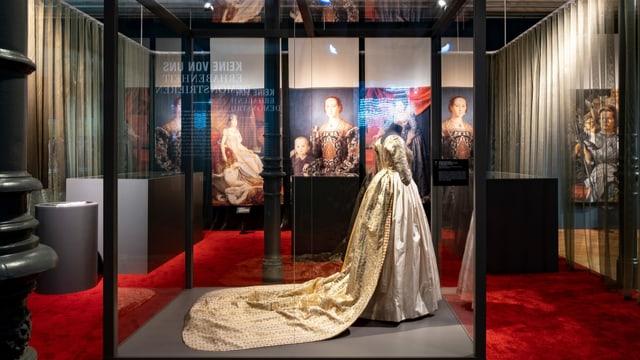 Das Ballkleid aus handgefertigter Spitze soll 1860 die letzten Kaiserin Frankreichs, Eugénie de Montijo, getragen haben.