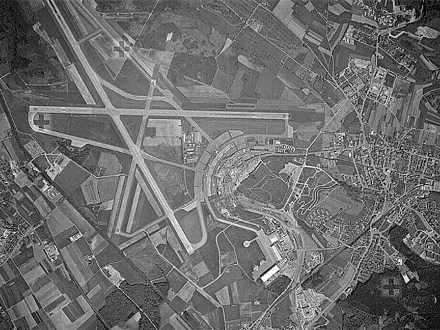 Luftaufnahme des Flugahfens Kloten mit dem Pistensystem von 1966