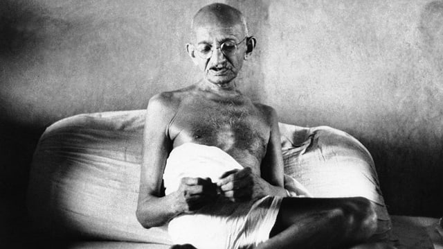Mahatma Gandhi mit Brille.