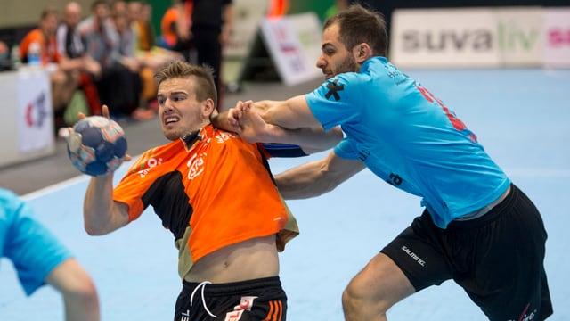 Sergio Muggli wird von Gegenspieler Stefan Freivogel bedrängt.