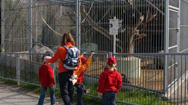 Familie im Zoo.