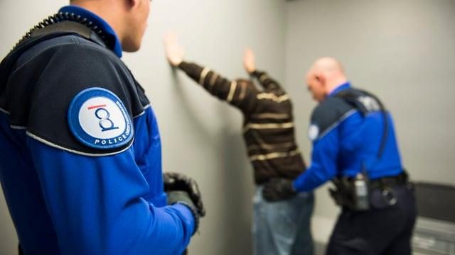 Personendurchsuchung durch Polizei.