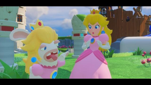 Die Rabbid Peach lässt die Zunge raushängen, während die wahre Prinzessin etwas schockiert schaut.