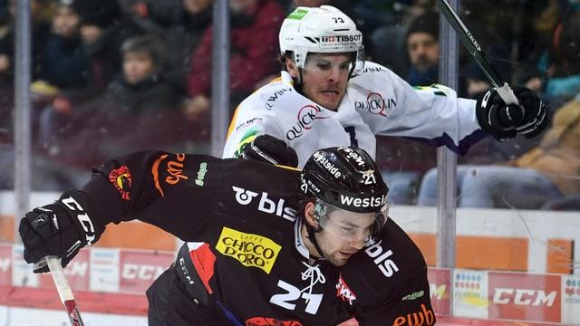 Simon Moser wird von Kristian Suleski bedrängt.
