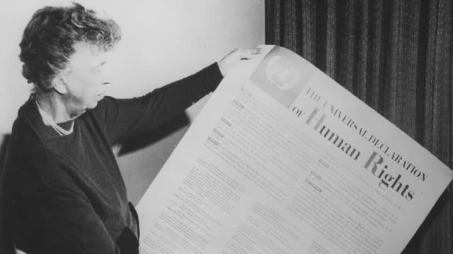 Eleanor Roosevelt hält die Menschenrechtserklärung.