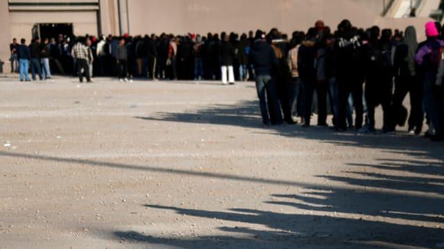 Fugitivs stattan en colonna davant in stadion a Faliro, Athen