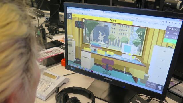 Eine Frau schaut auf einem Bildschirm. Dort ist das Spiel zu sehen.