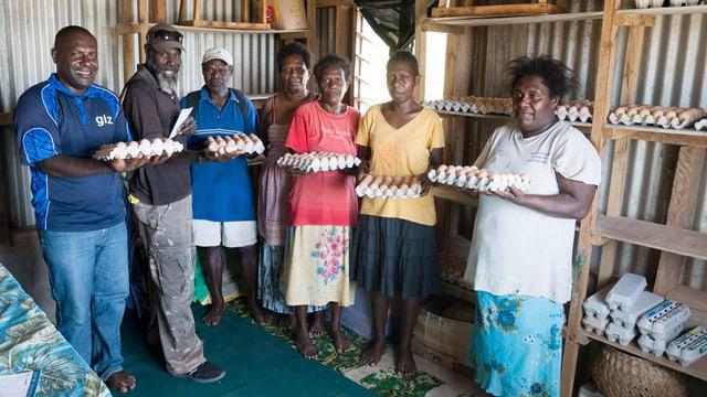 Mitglieder der frisch gegründeten Eierkooperative von Nguna zeigen stolz die ersten Eier.