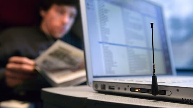 Computer in einem Zugabteil.