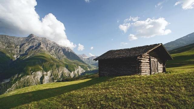 Holzhütte in Bündner Bergwelt