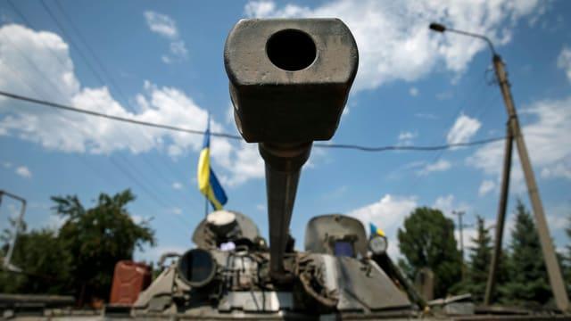 Ein ukrainischer Panzer steht auf einer Strasse in der Stadt Seversk. Das Zielrohr ist gegen die Fotokamera gerichtet. (reuters)
