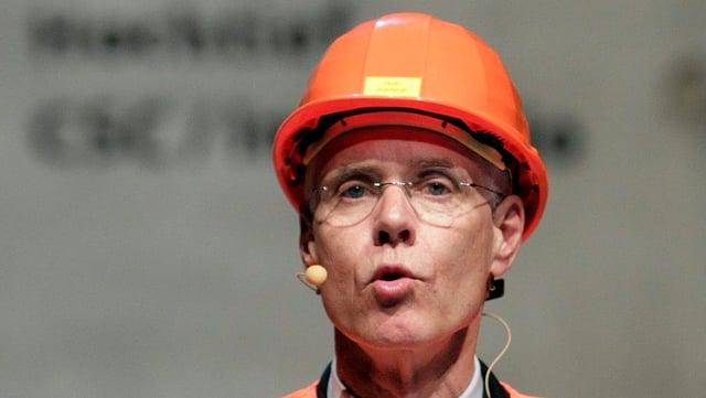 Alt-Bundesrat Leuenberger mit Helm