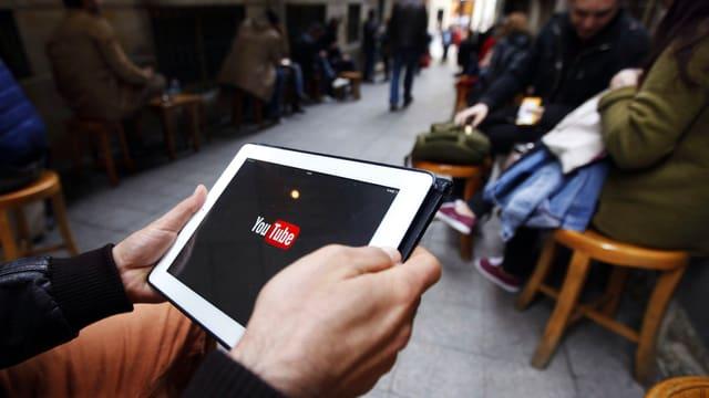 Tablet-PC, darauf ist das Youtube-Logo erkennbar