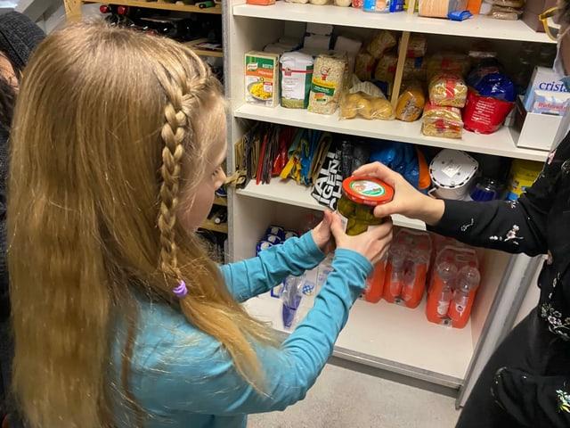Auch im Keller finden die Zuckerdetektivinnen viele verarbeitete Produkte. Ladina interessiert sich für ihre Lieblings-Flakes. Annina fragt sich, ob ausgerechnet im Gurkenglas Zucker lauern könnte.