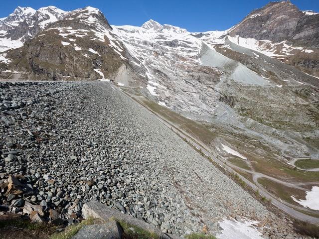 Staudamm mit Gletscher im Hintergrund.