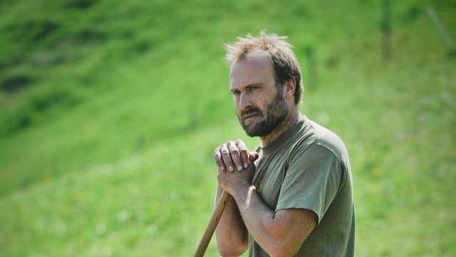 Schafhalter Bruno Zähner stehend in Mitten einer Schafherde.