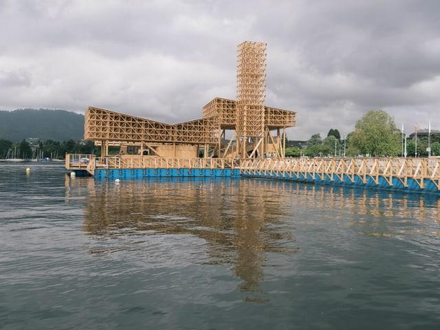 Ein Holzpavillon auf dem Zürichsee.
